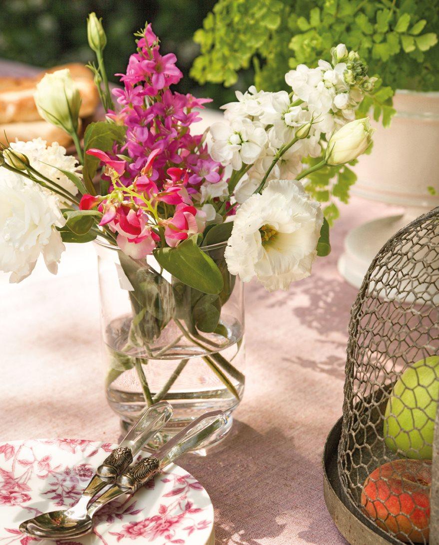 Detalle de un jarrón con flores sobre una mesa