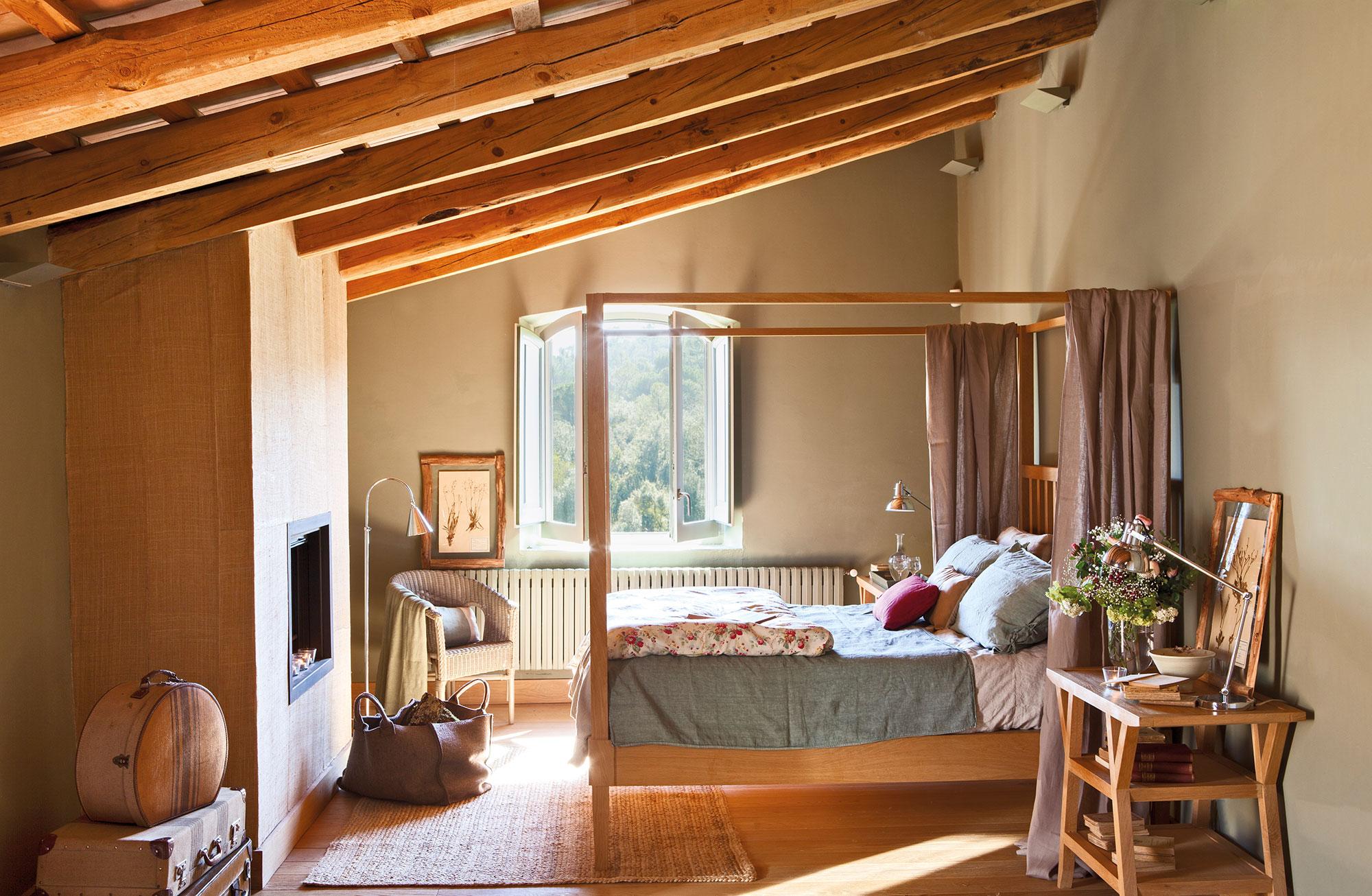 dormitorio rstico con vigas de madera cama con dosel y chimenea