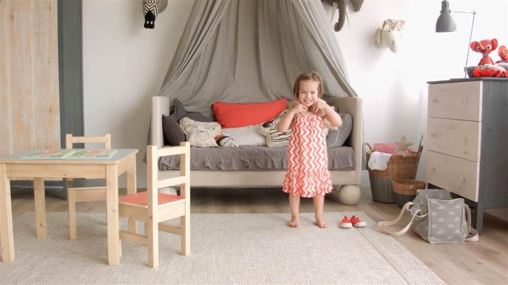Habitci n infantil de estilo n rdico - Mesita con sillas infantiles ...