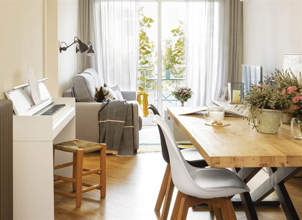 El peque o y acogedor piso de una familia rusa en barcelona for Cortinas salon comedor