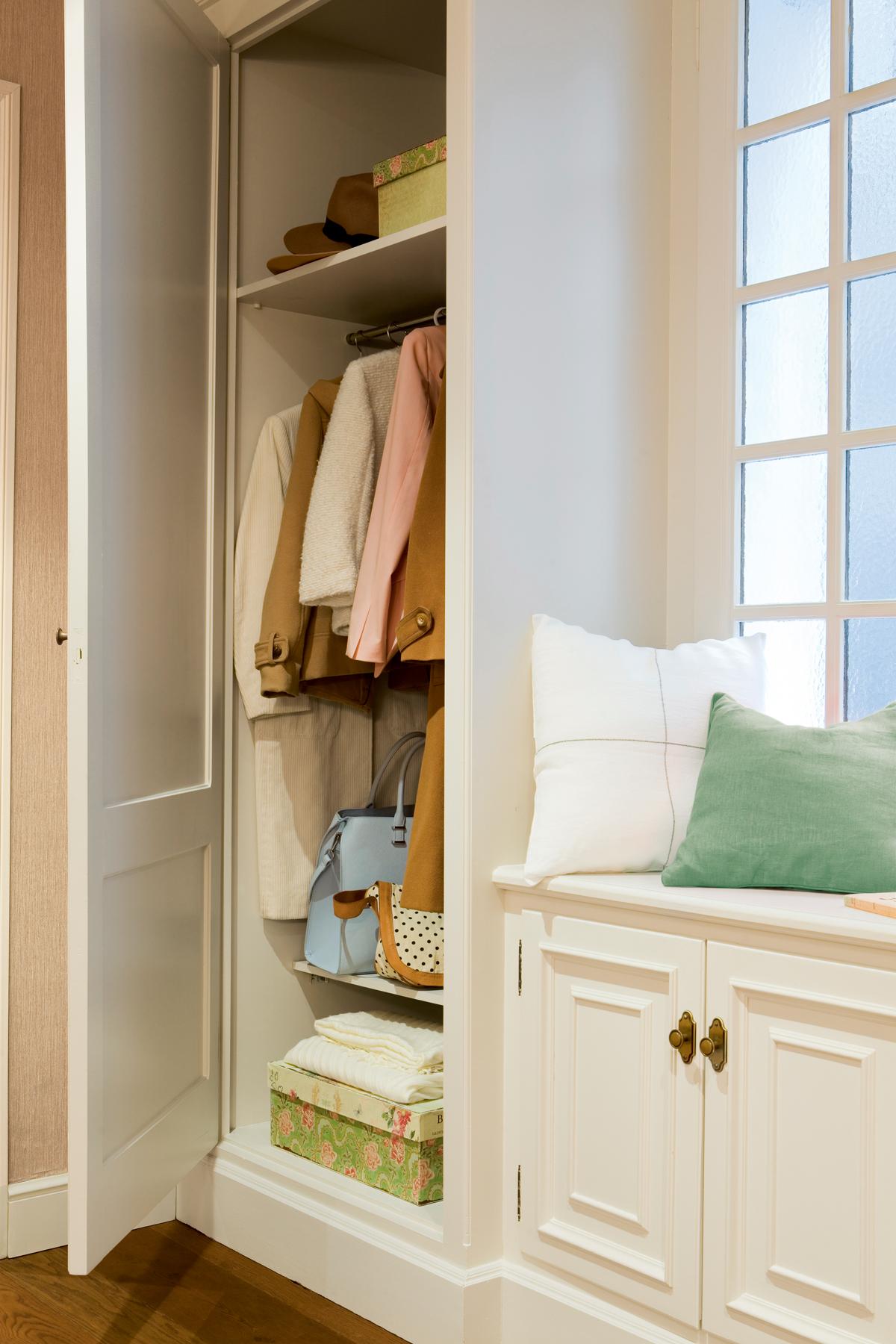 10 piezas imprescindibles para casas peque as - Recibidor con armario ...