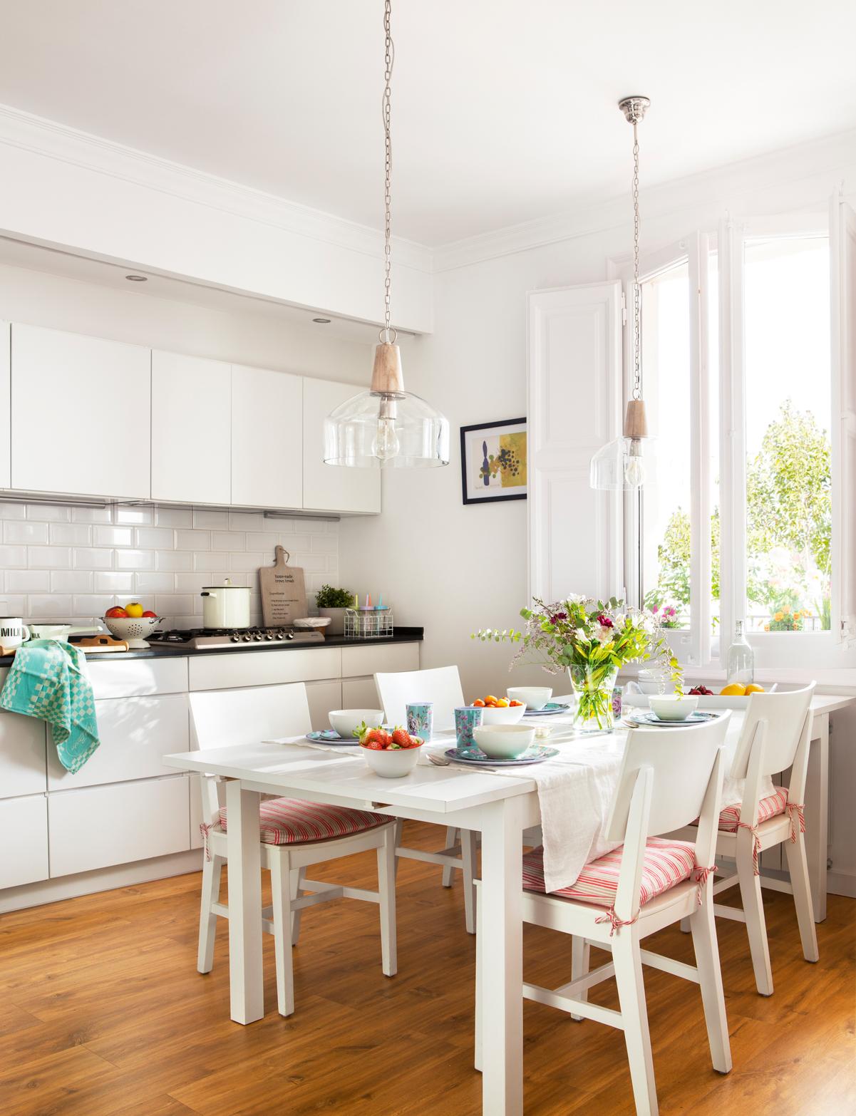 10 piezas imprescindibles para casas peque as - Cocina blanca encimera negra ...