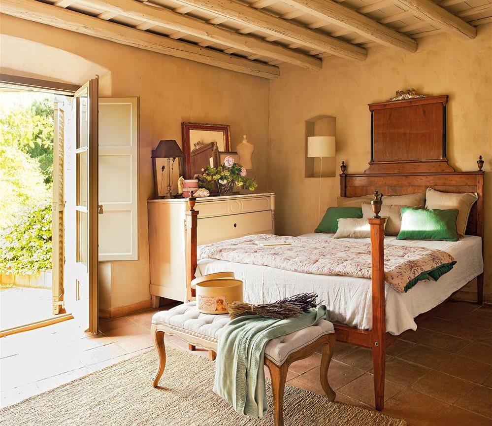 dormitorio rstico con vigas de madera y muebles recuperados