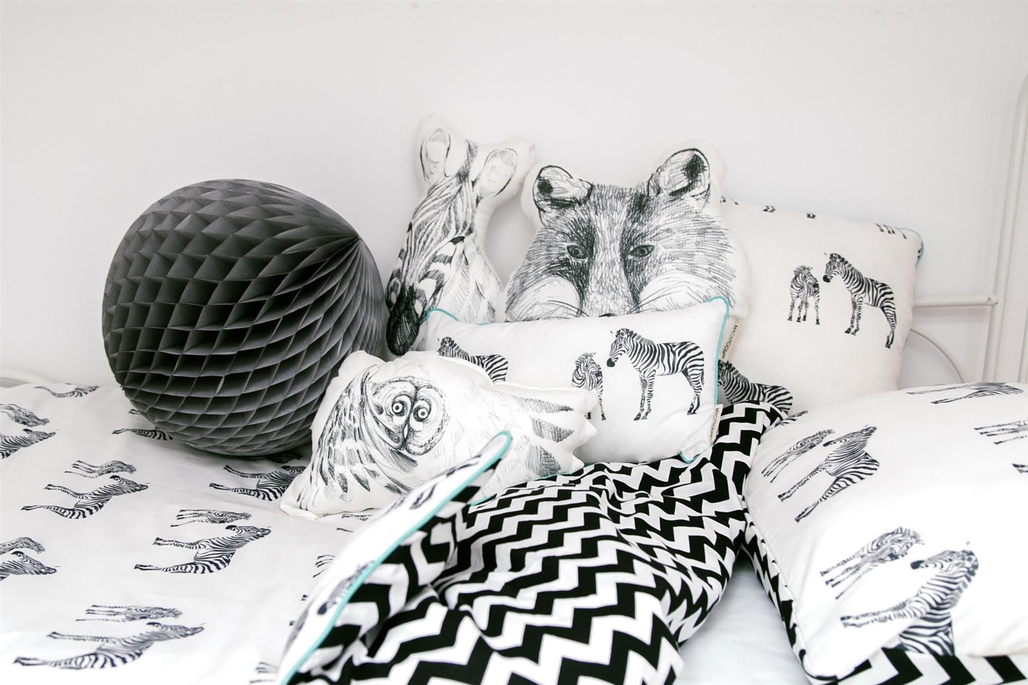ropa de cama infantil y cojines en blanco y negro