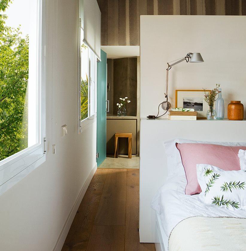 Un ba o tras el cabecero - Dormitorio con bano ...