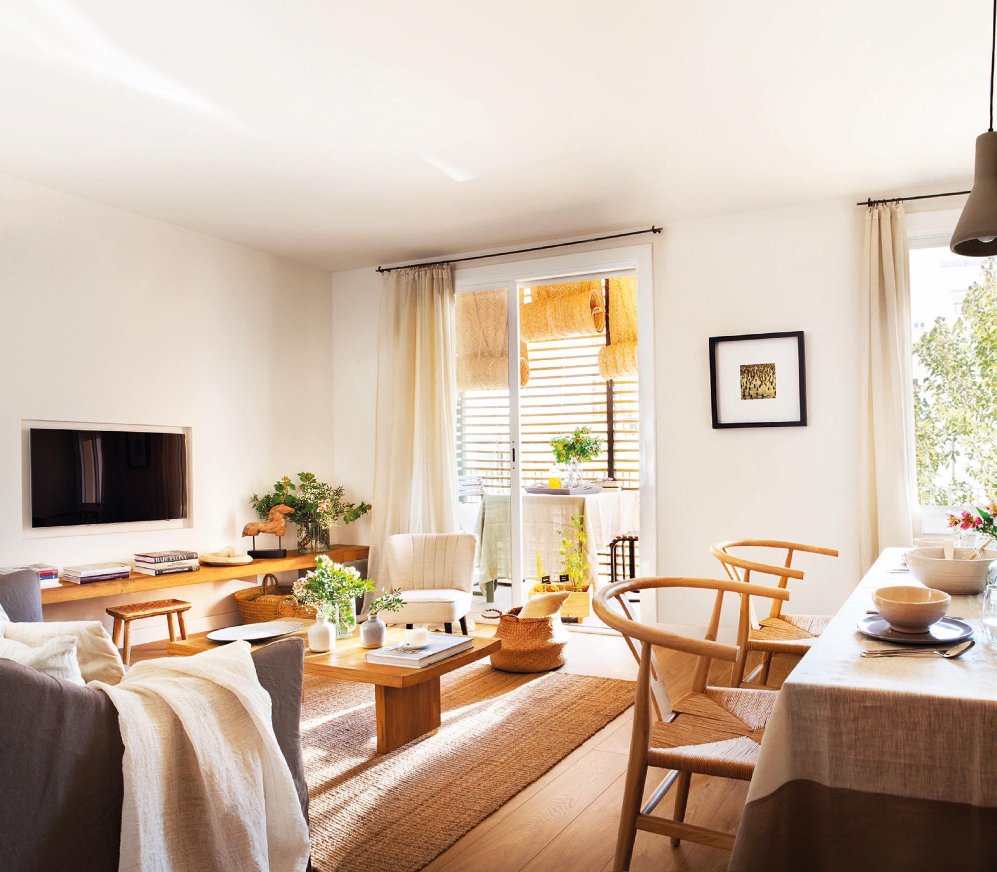 Piso de 65 m2 reformado en centro de barcelona para una - Ideas para decorar salones pequenos ...