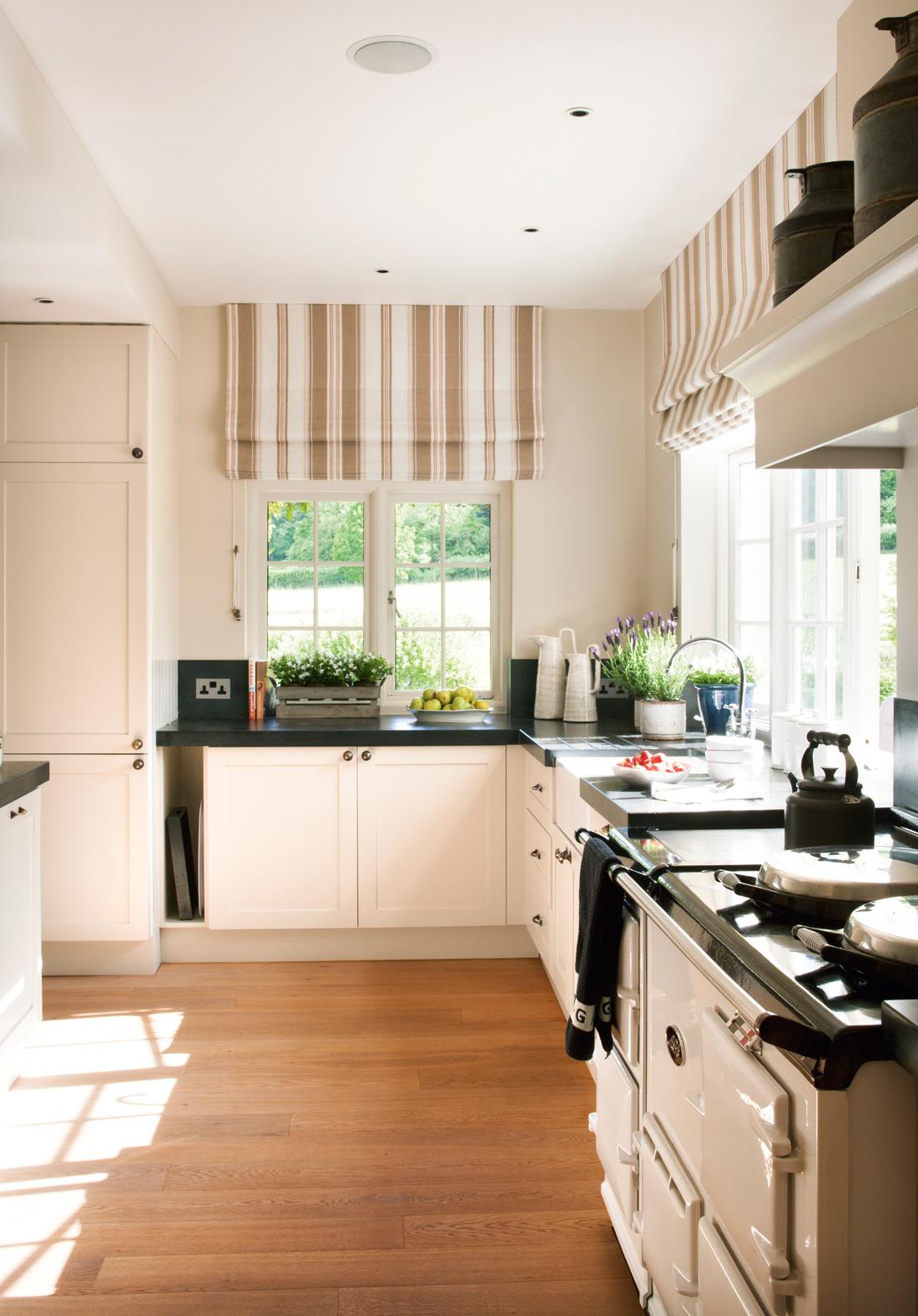 Ideas low cost para dar encanto a tu casa - Cocina blanca encimera negra ...