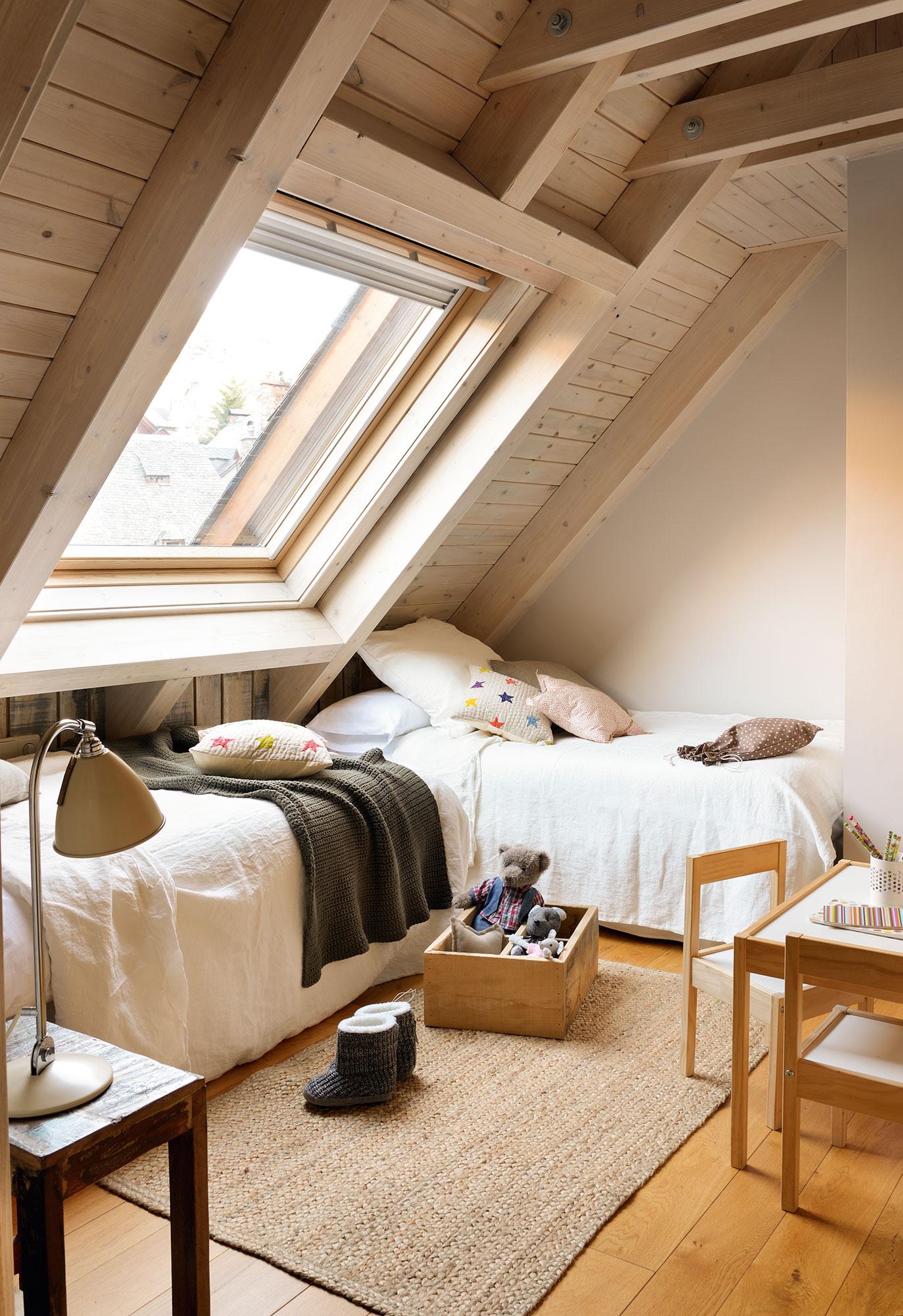 Dormitorio Infantil En Buhardilla De Montaña