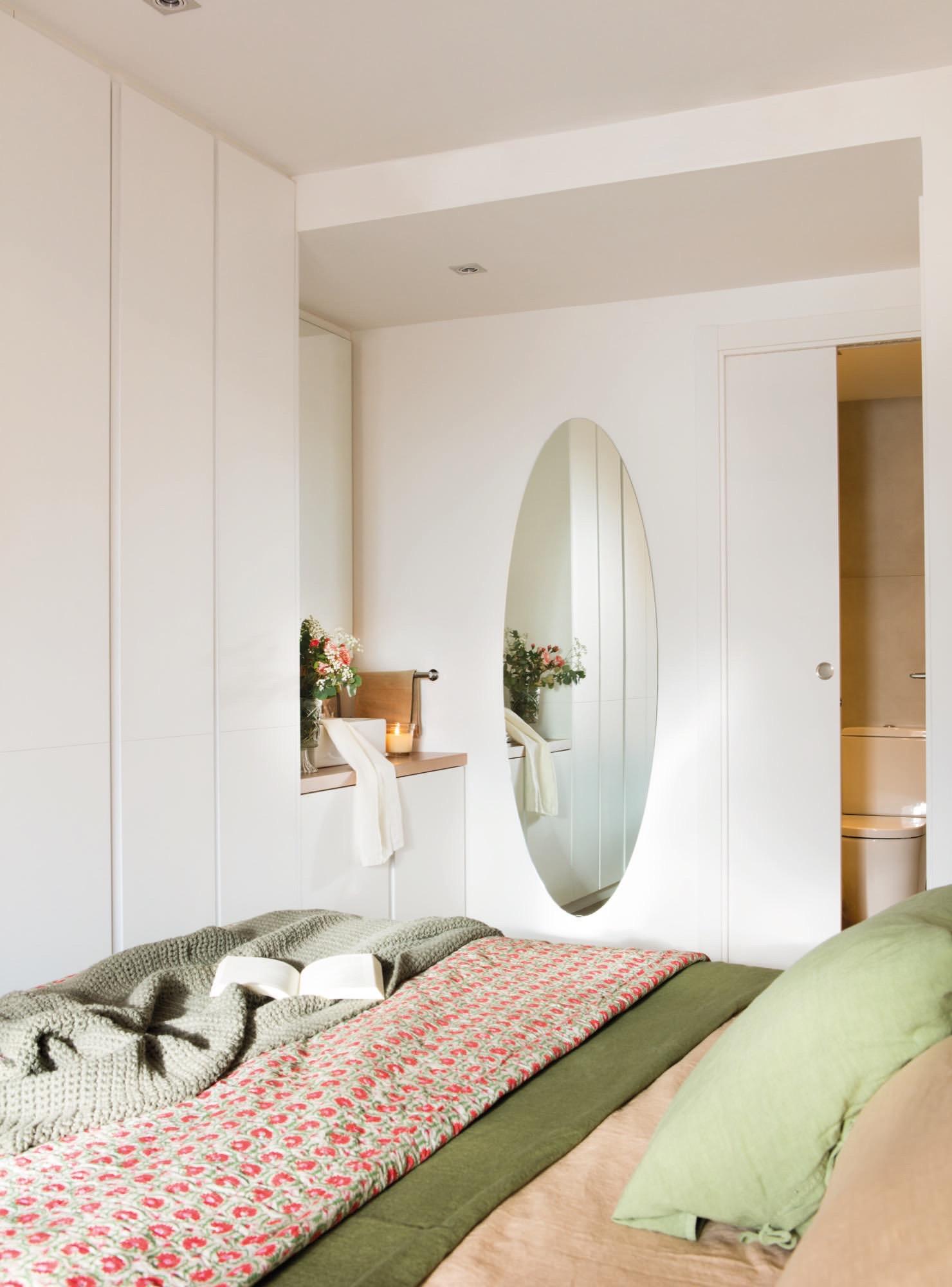 Un piso de 60 metros muy bien aprovechados para una pareja for Habitaciones con puertas correderas