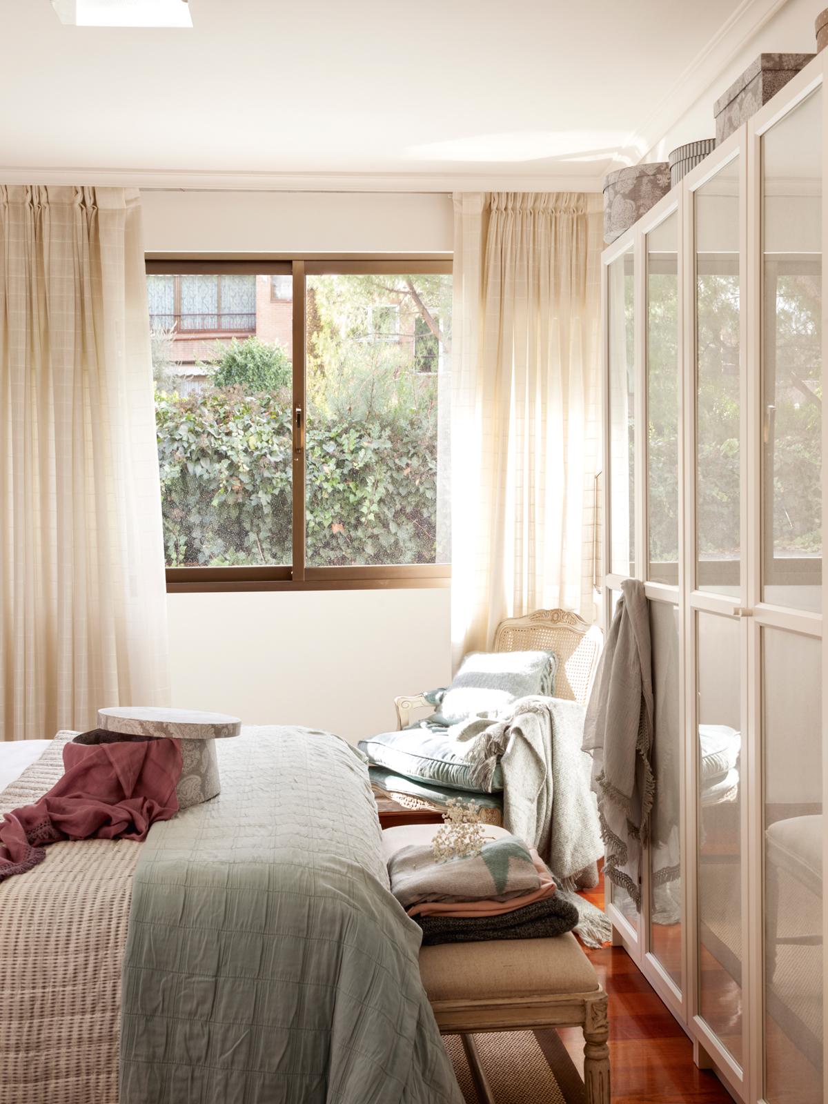 10 ideas geniales para dormitorios peque os for Cortinas para puertas de armarios