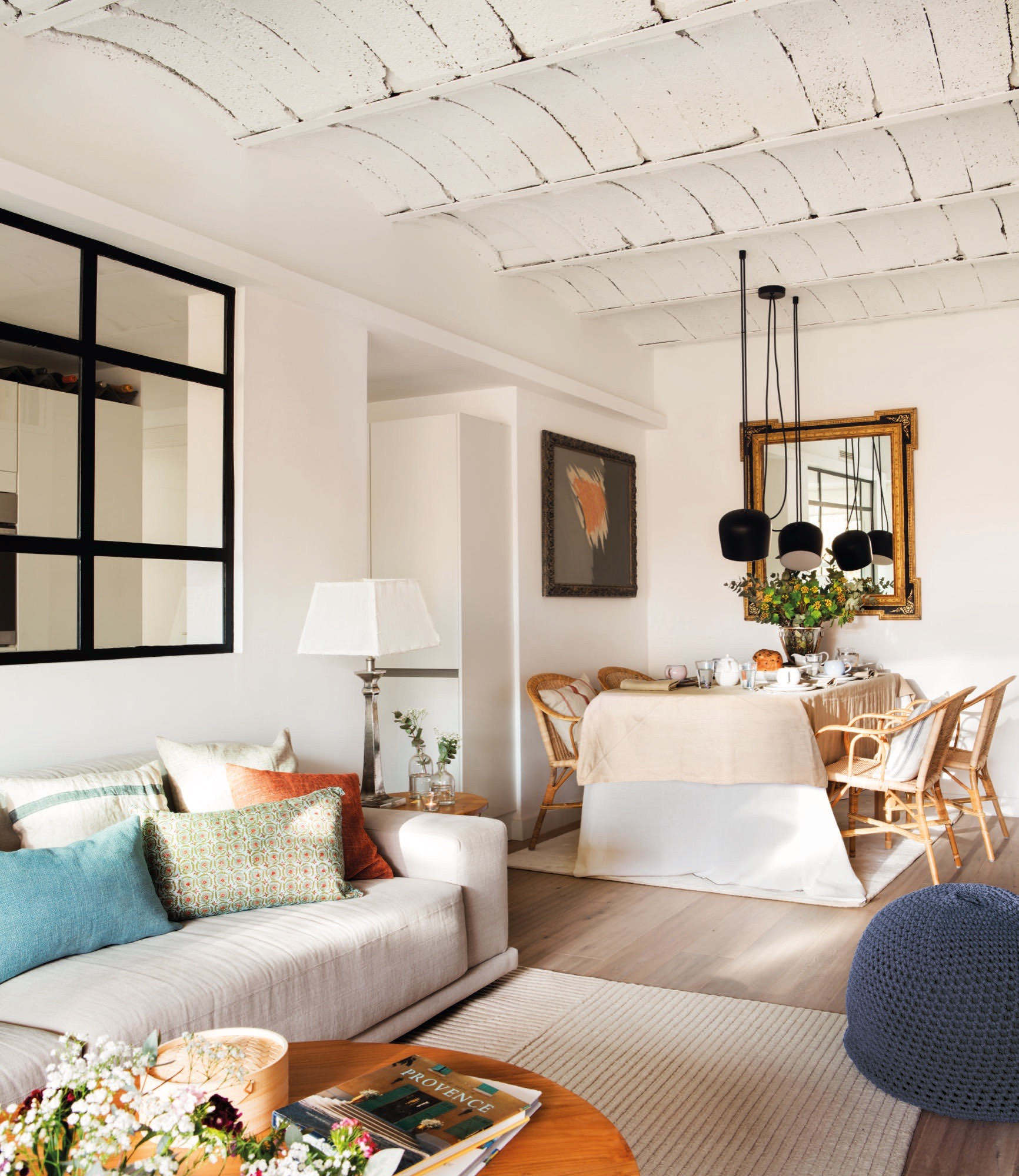 Un piso de 60 metros muy bien aprovechados para una pareja - Pintar salon pequeno ...