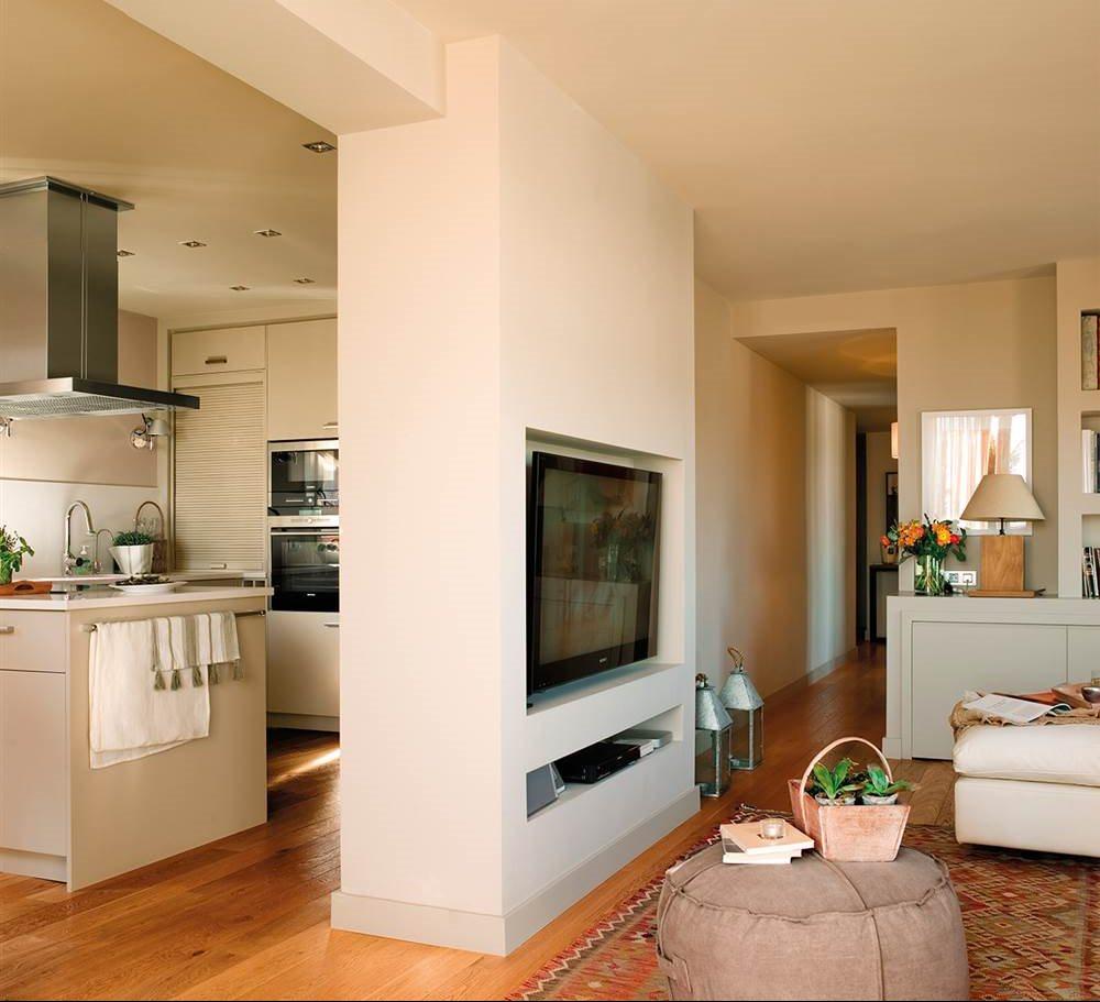 Dos pisos peque os transformados en la casa de una pareja for Separacion entre cocina y comedor