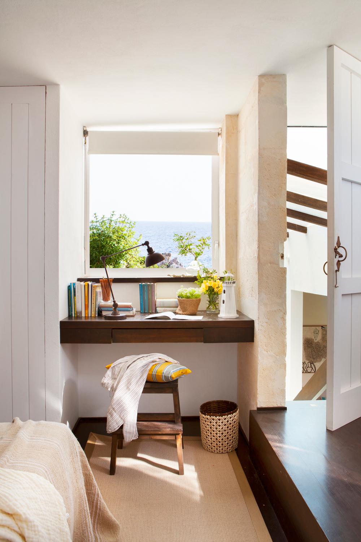 balda como escritorio frente a una ventana y entre un armario y la pared
