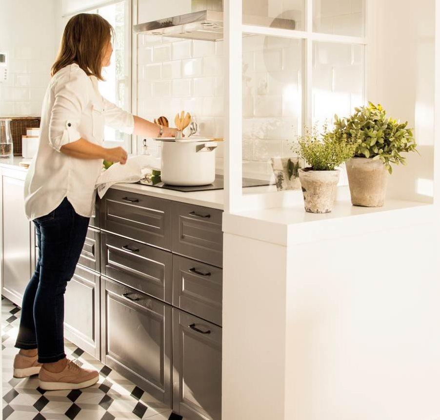 cocina pequea en gris separada con murete y ventana de cuarterones suelo hidrulico