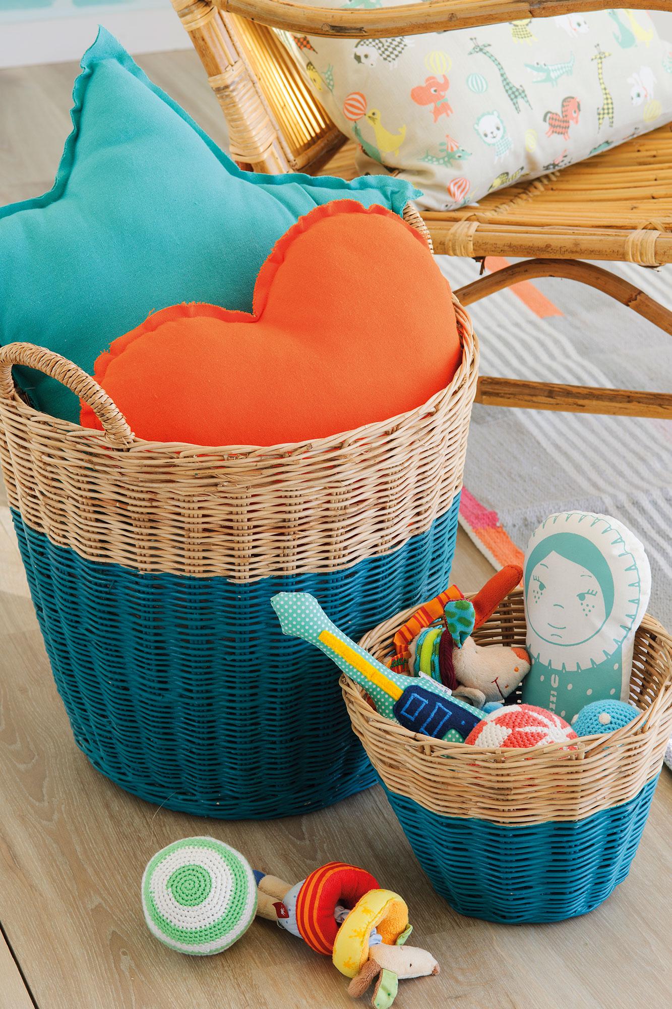 Coussins colorés dans un panier en osier peint