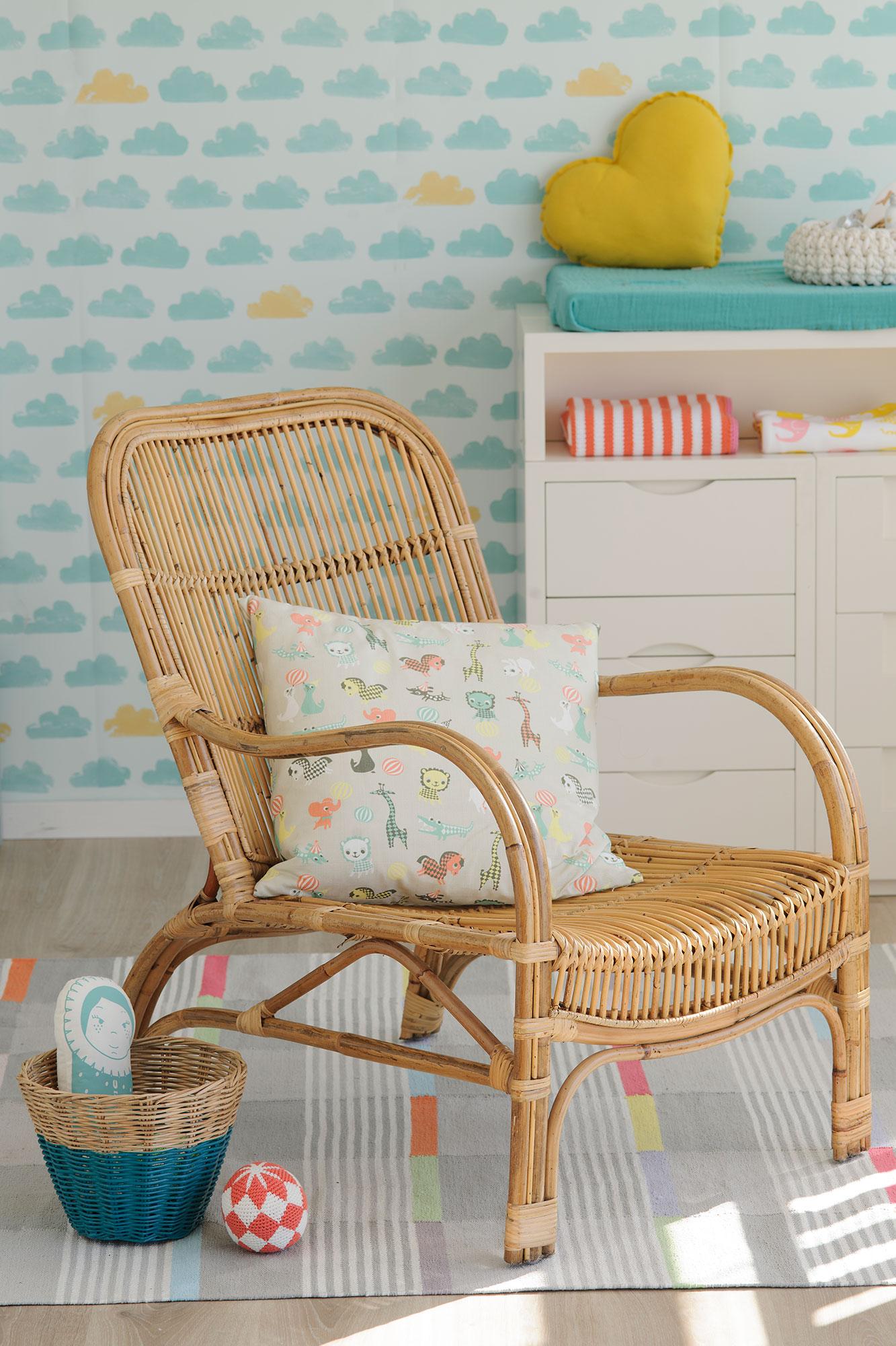Chaise en rotin et papier peint nuage