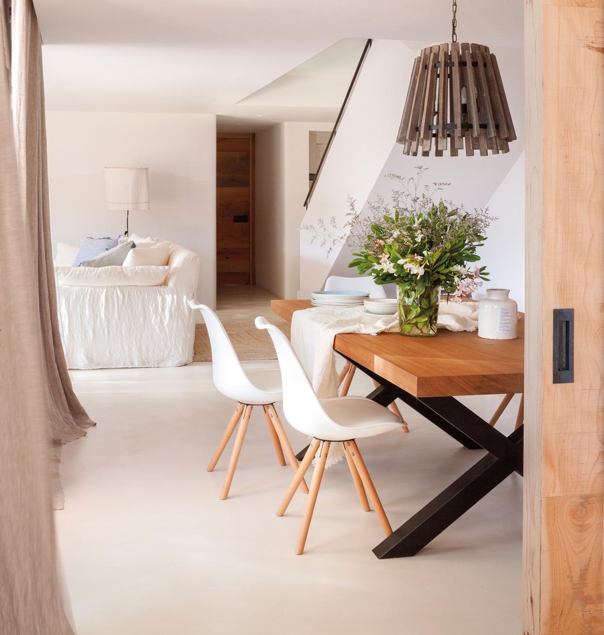 comedor con sillas blancaas mesa de madera con patas negras y lmpara de