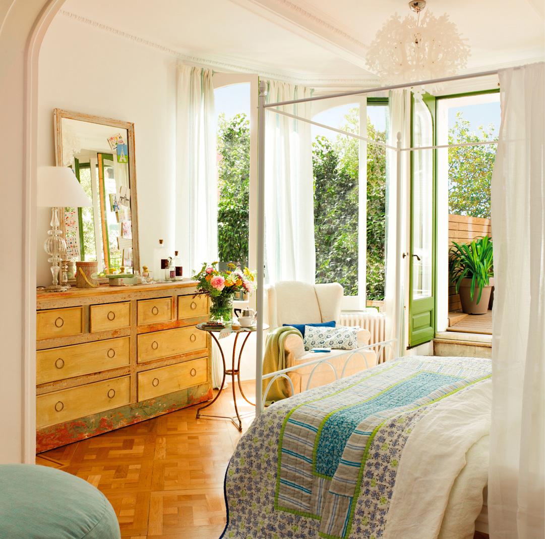5.Dormitorio principal con cómoda vintage y salida al exterior-00346436