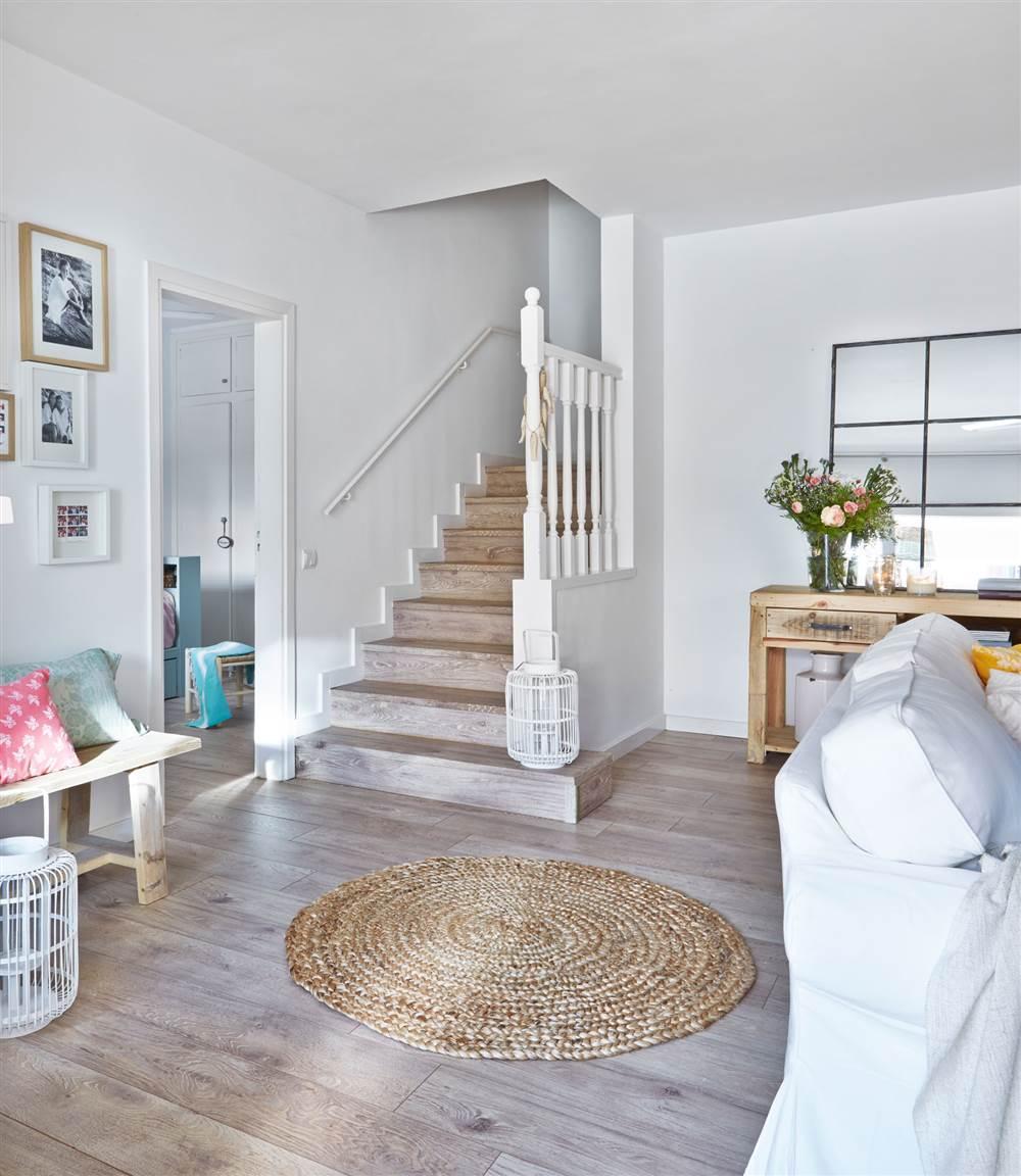 Renovar el suelo los errores m s habituales y c mo evitarlos for Salones con escaleras interiores