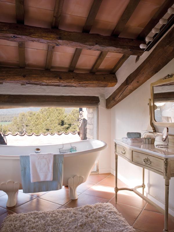 baño con bañera de patas de la masia la garriga de castelladral. La Garriga  de 347a0f1a5f72