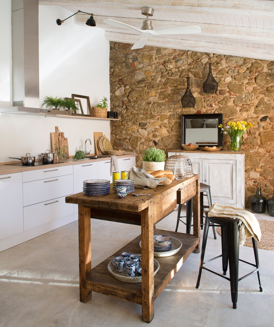 y si no puedes tener una isla del mismo material que el mobiliario con cajones o armarios que te ayuden a despejar el resto de la cocina
