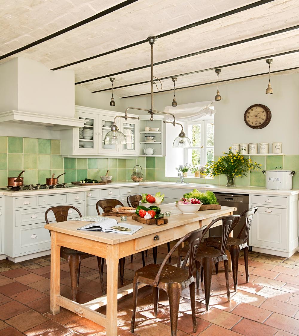 20 cocinas r sticas bonitas con muebles vintage y mucho for Como limpiar una mesa de marmol manchada