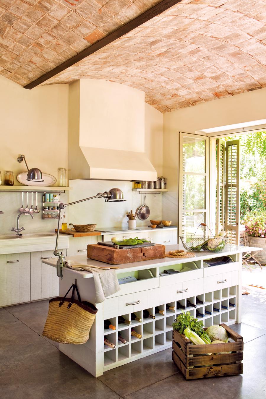cocina rstica con campana de obra encimera de mrmol isla de madera