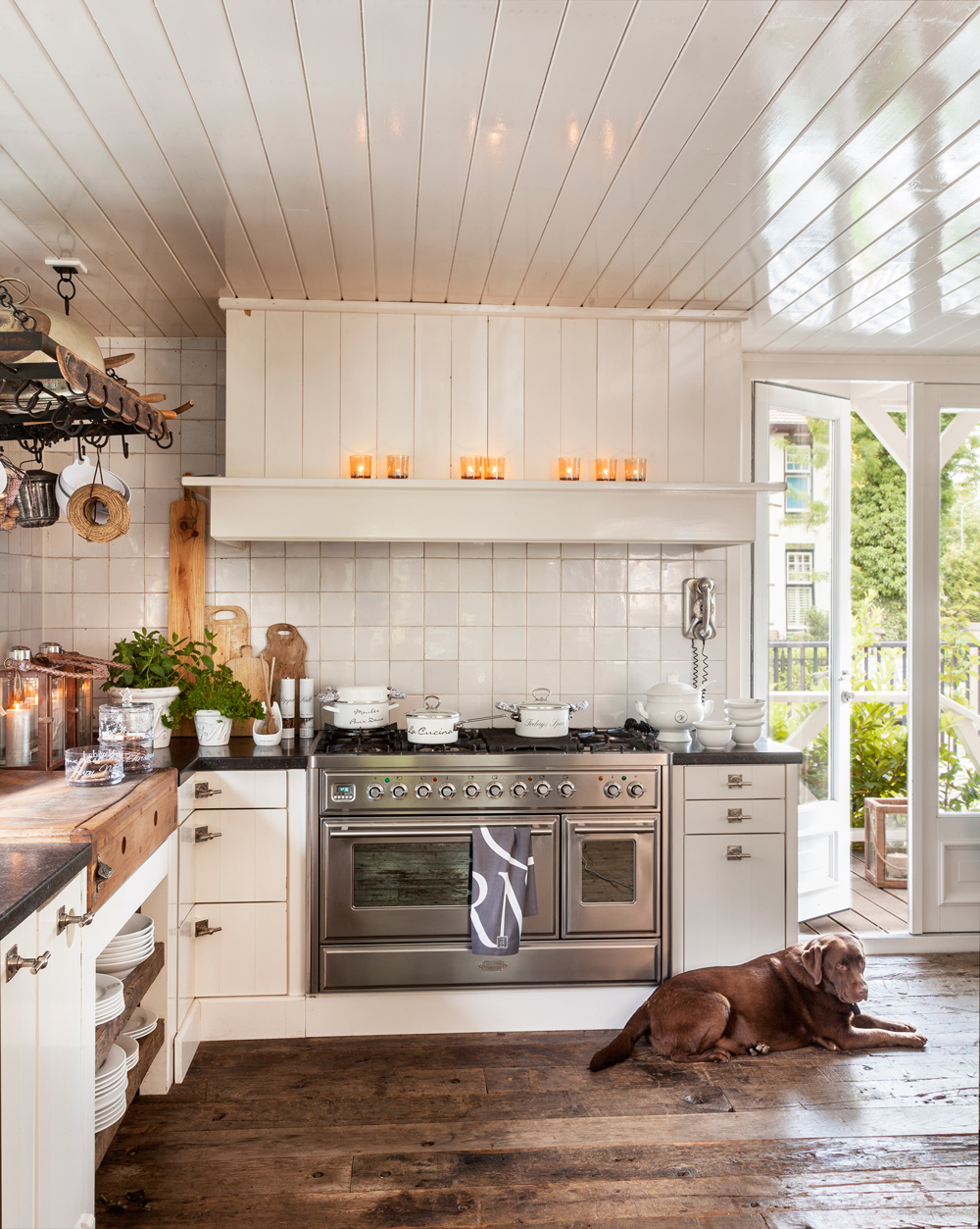 20 cocinas r sticas bonitas con muebles vintage y mucho for Cocina con azulejos blancos