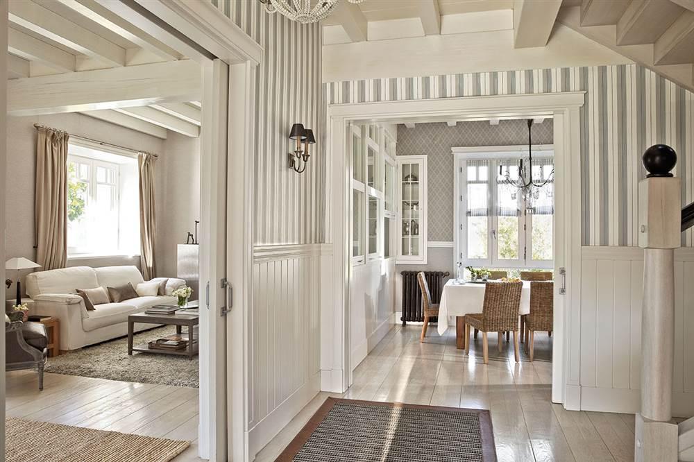 Una preciosa villa vasca recuperada y vestida de blanco y gris - Salones pintados a rayas ...