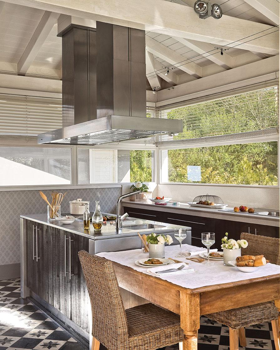 Una preciosa villa vasca recuperada y vestida de blanco y gris - Campanas de cocina rusticas ...