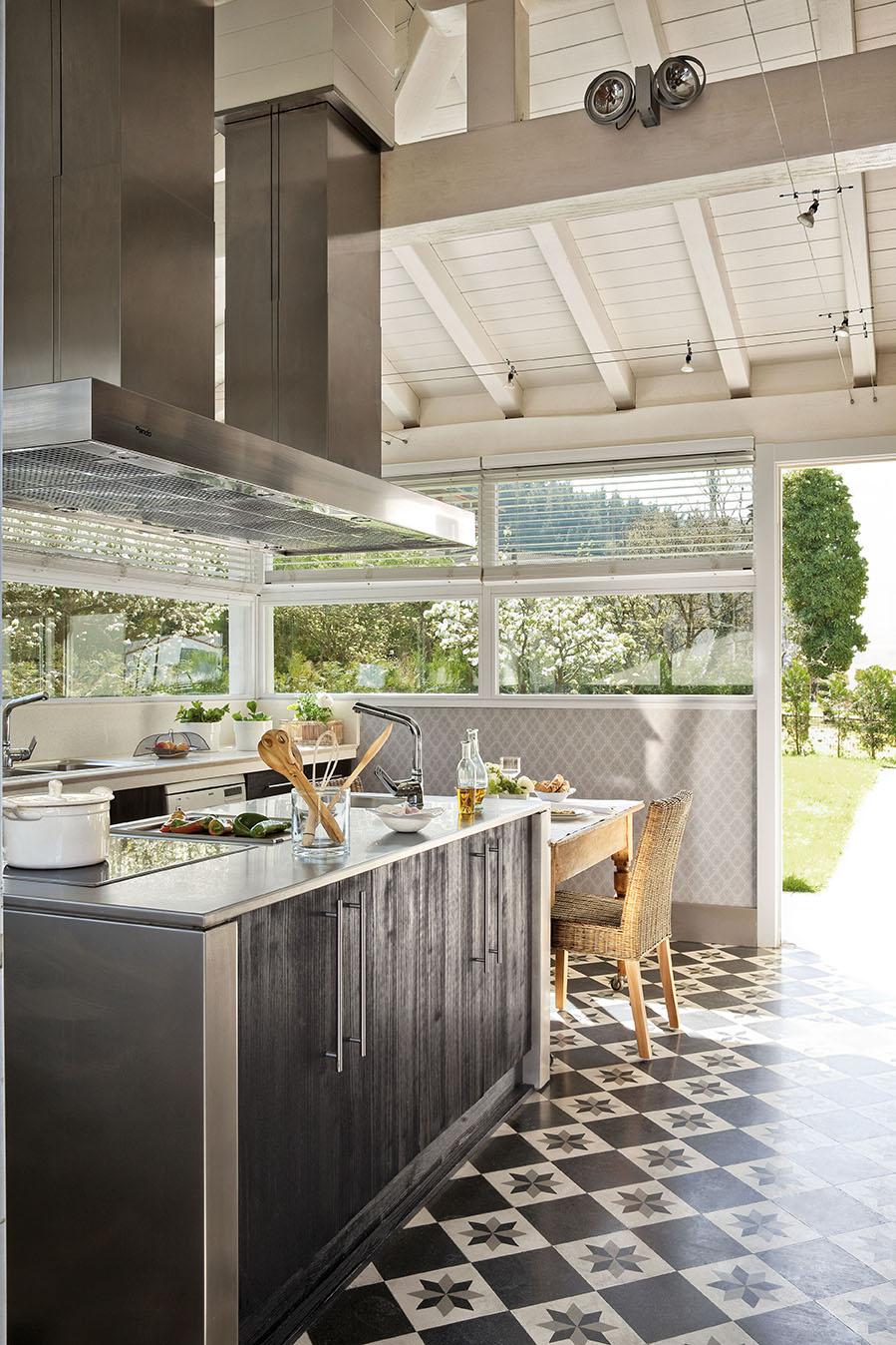 Una preciosa villa vasca recuperada y vestida de blanco y gris for Cocina comedor 3x3