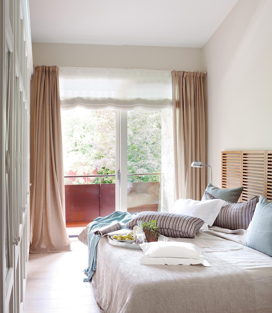 dormitorio con cama con cabecero de madera armario empotrado y ventana con estores y cortinas with estores bonitos