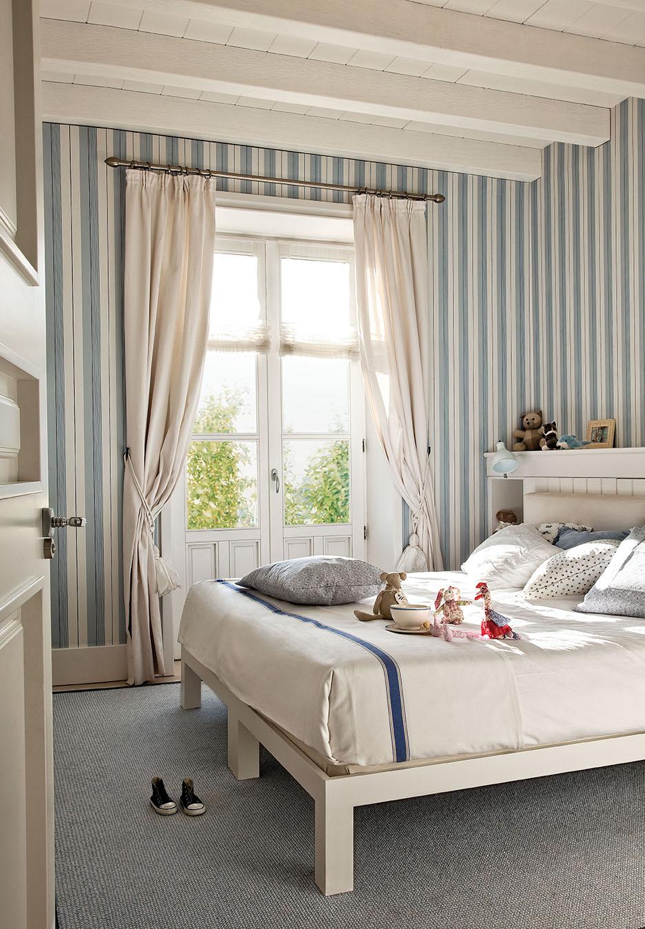 Una preciosa villa vasca recuperada y vestida de blanco y gris - Dormitorios pintados a rayas ...