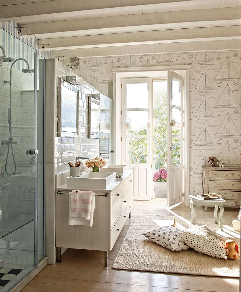 Una preciosa villa vasca recuperada y vestida de blanco y gris - Papel pintado bano ...