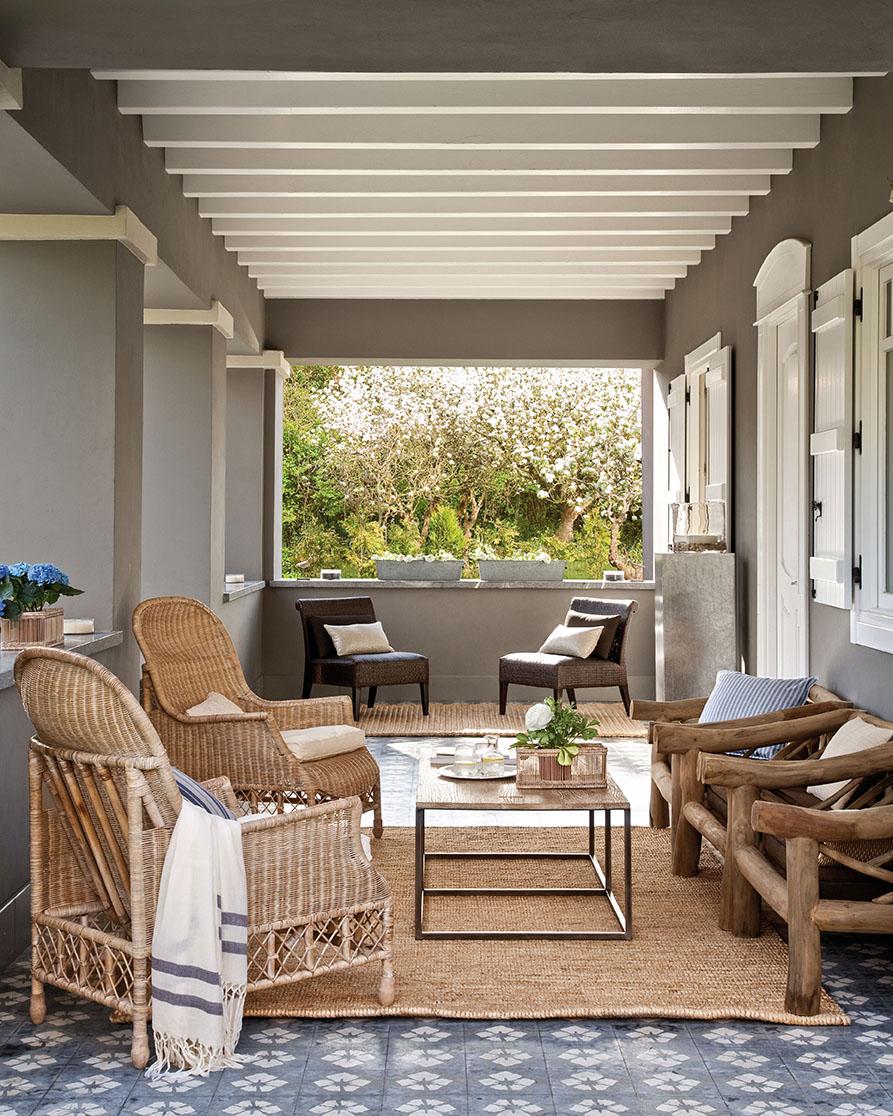 Una preciosa villa vasca recuperada y vestida de blanco y gris for Porche jardin madera