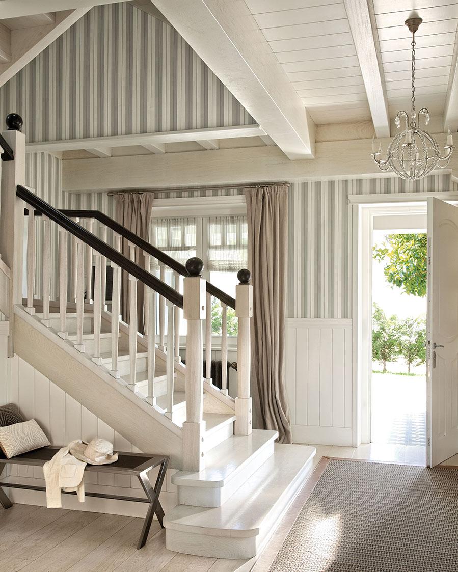 Una preciosa villa vasca recuperada y vestida de blanco y gris - Techos de madera interiores ...