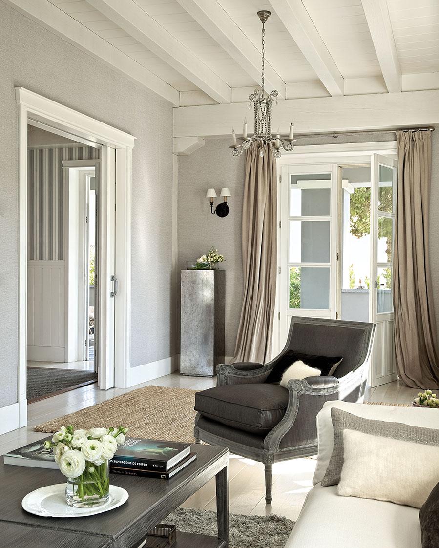 Una preciosa villa vasca recuperada y vestida de blanco y gris for Cortinas salon gris y blanco