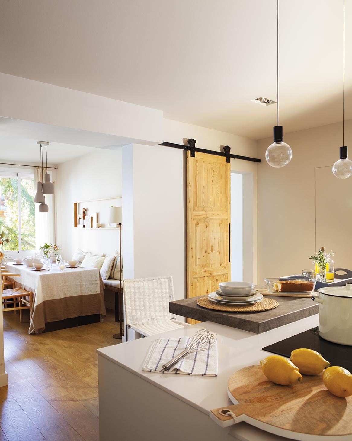 cocina abierta al comedor y puerta de madera corredera con riel