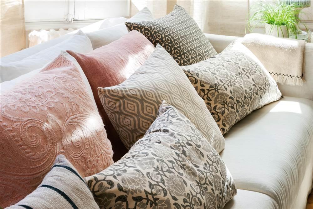 cojines en tonos grises rosa y con estampado floralx aca