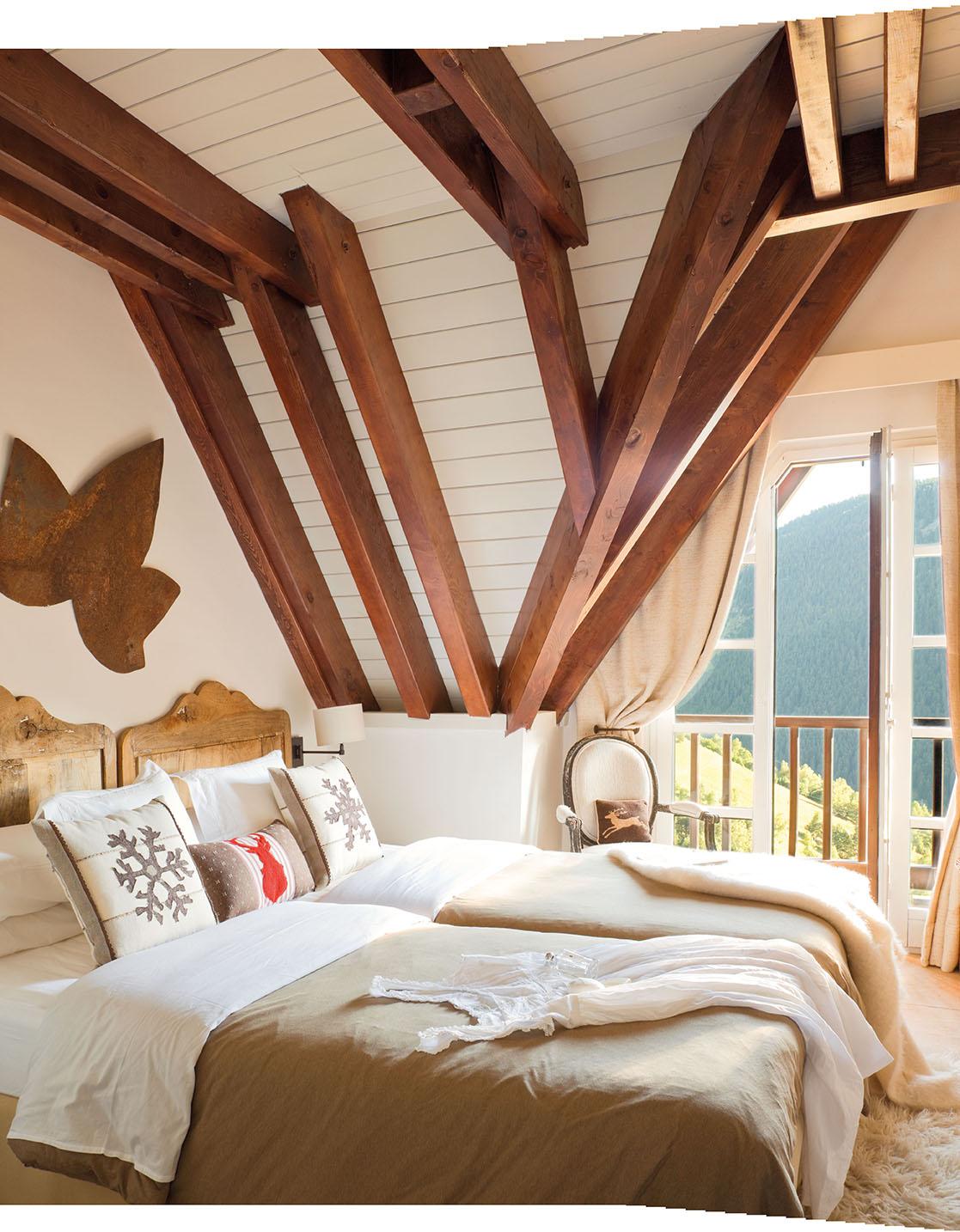 Dormitorio Principal Revestido En Madera Blanca, Con Vigas En Madera  Natural Y Detalle Decorativo Con