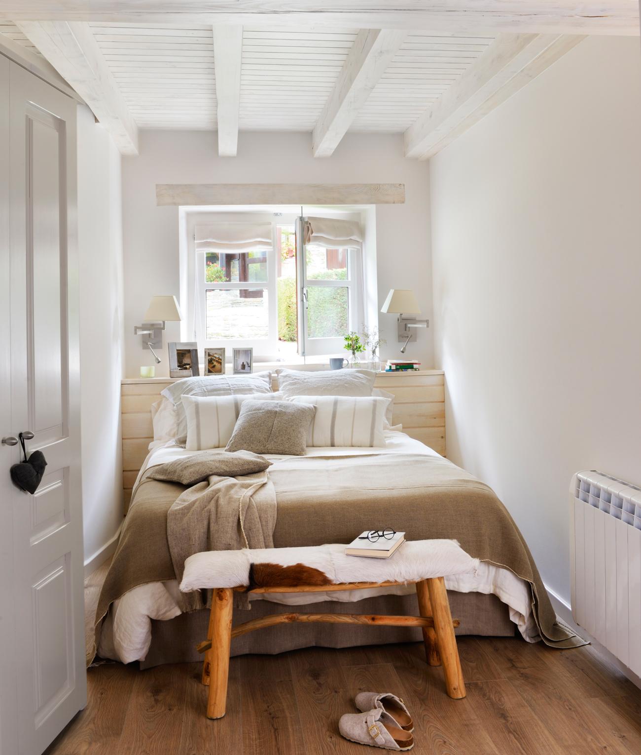 Dormitorio pequeño rústico en blanco con cabecero a medida 00417824