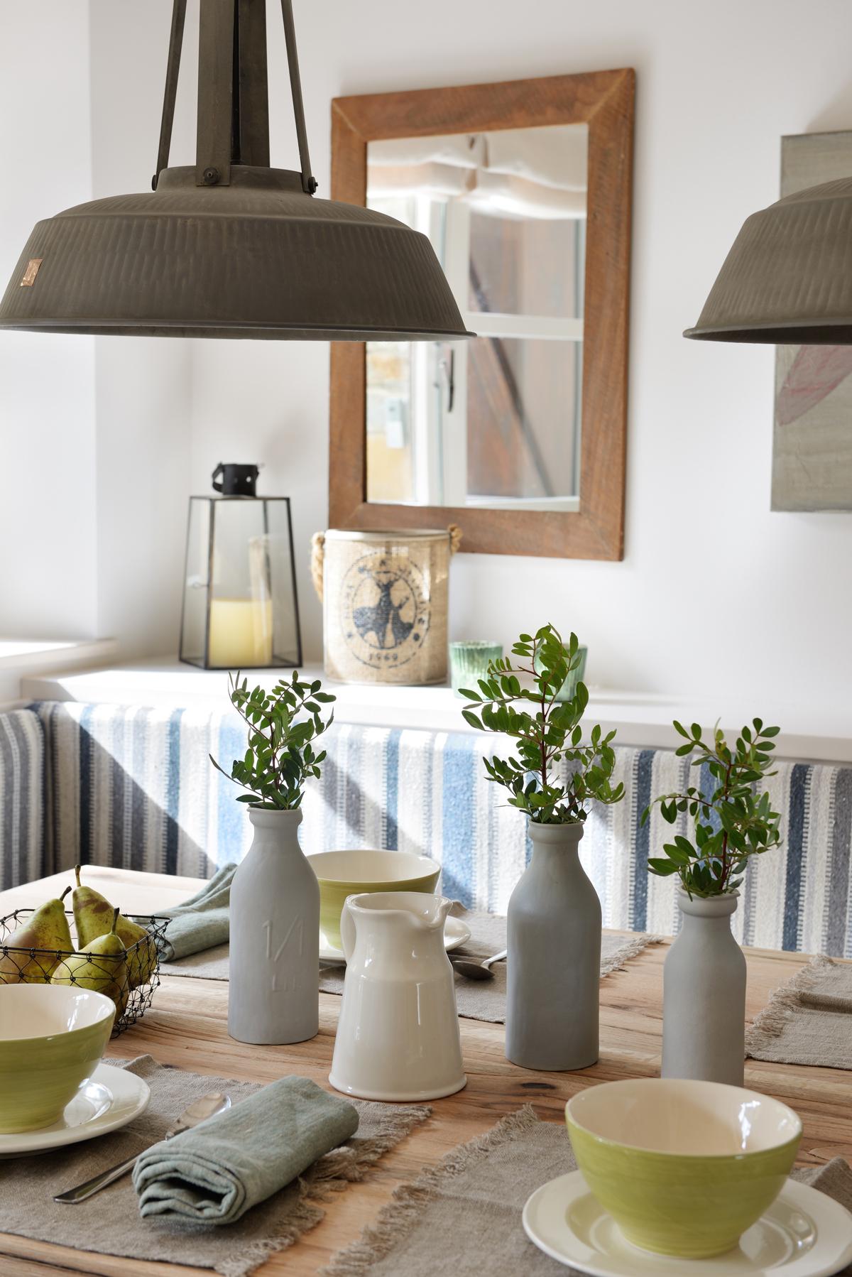 Mesa de office de madera con lámparas industriales y banco tapizado a rayas azules 00417828 O