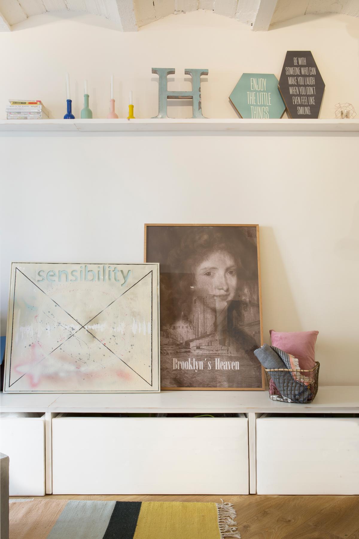 Mueble bajo de salón en blanco, con cuadros, estantería y detalles como letras y portavelas 00447156 O