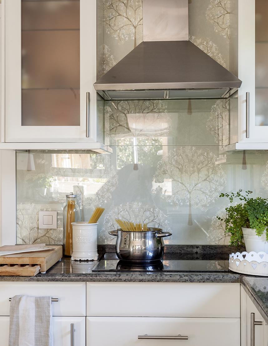 Zona De Cocción En La Cocina Con Campana Extractora Y Antepecho Papel Pintado Revestido