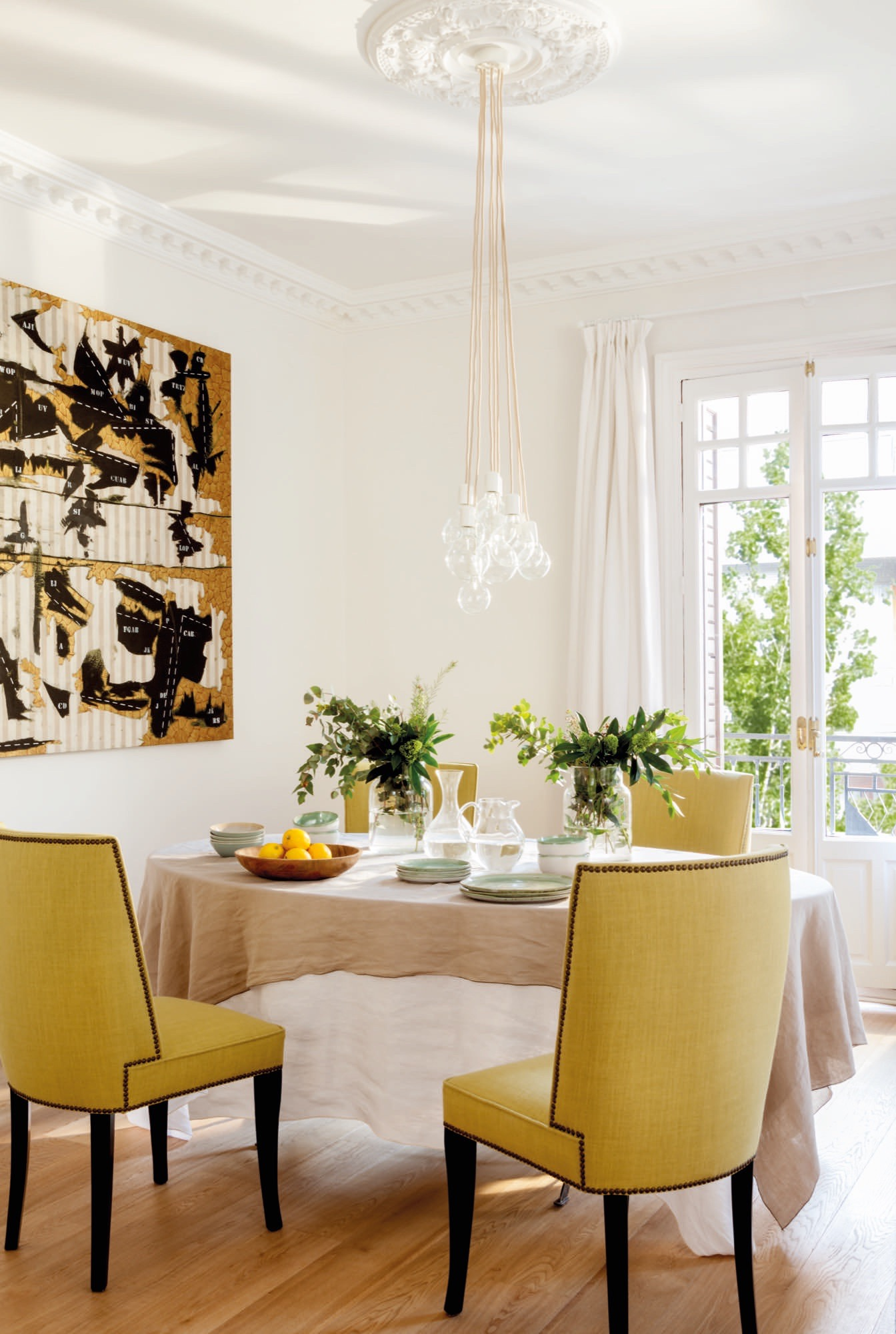 Un piso reformado en madrid con cocina sal n y comedor for Sillas amarillas comedor
