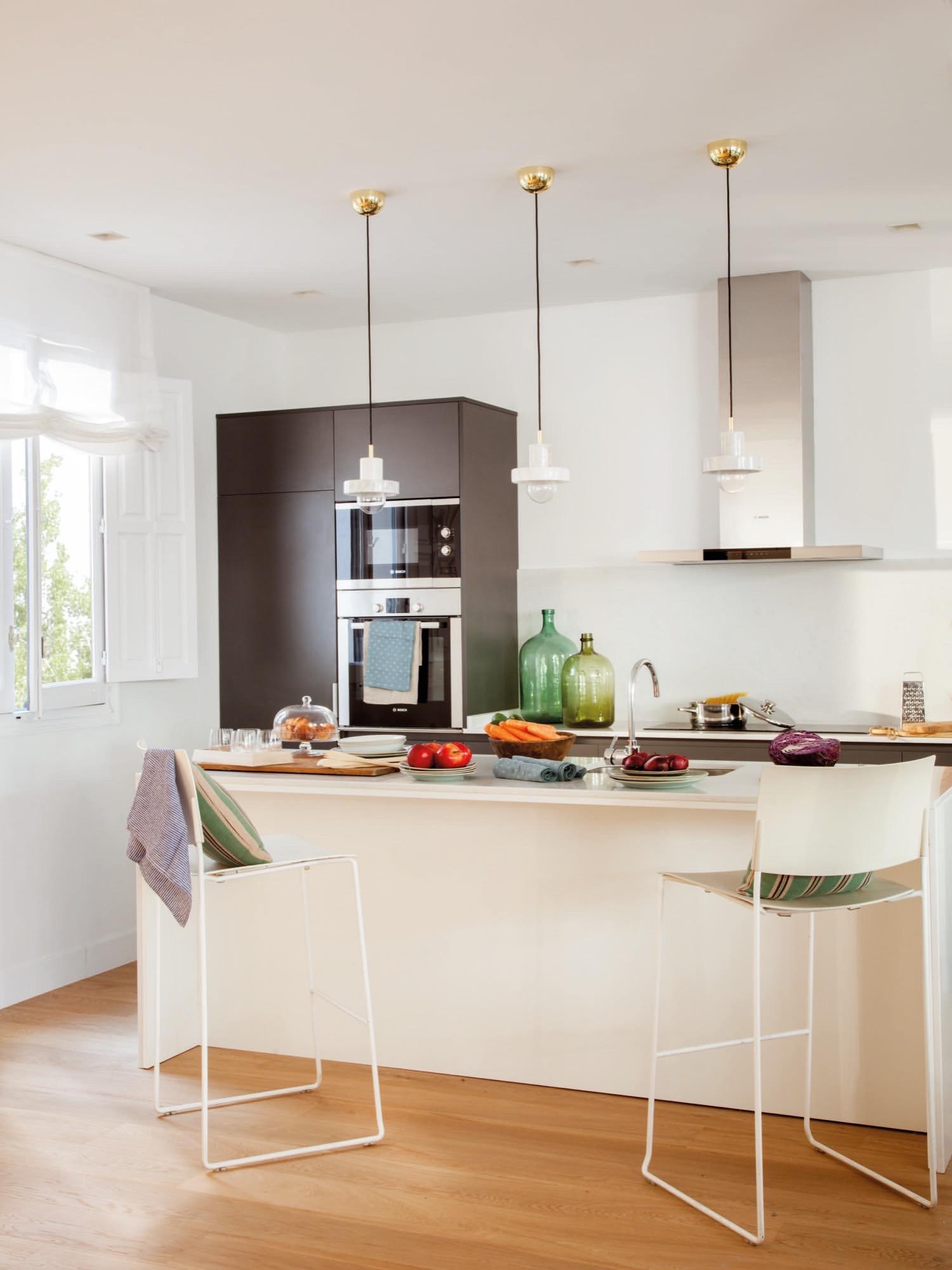 Un piso reformado en madrid con cocina sal n y comedor for Barras de cocina ikea