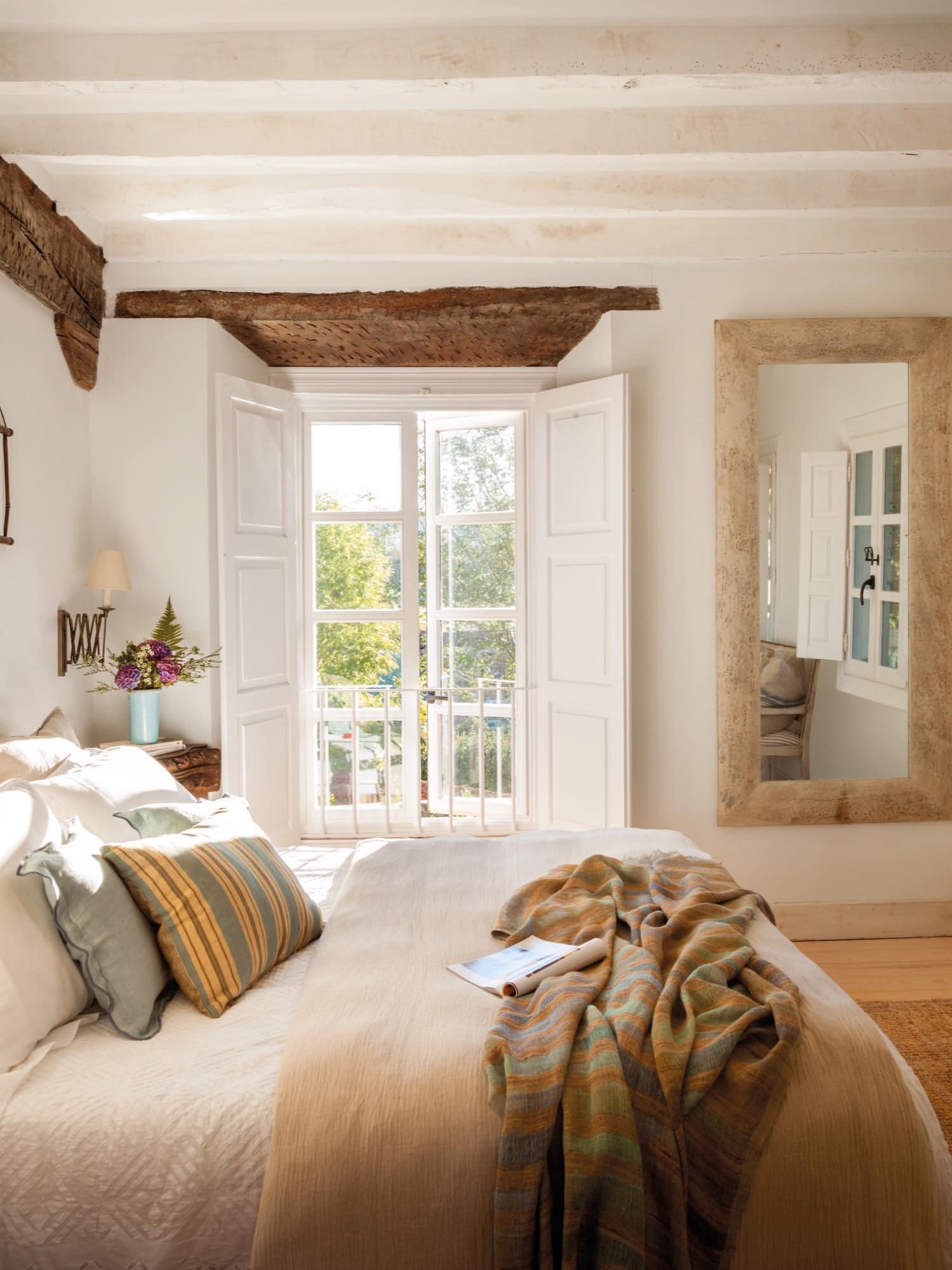 dormitorio en una casa rustica con vigas de madera