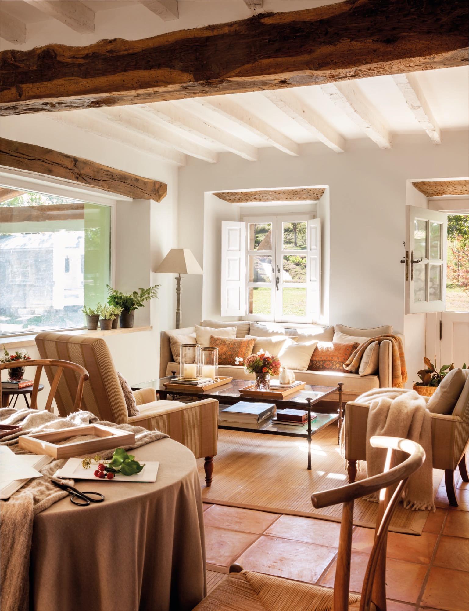 salon con ventana interior en una casa rustica