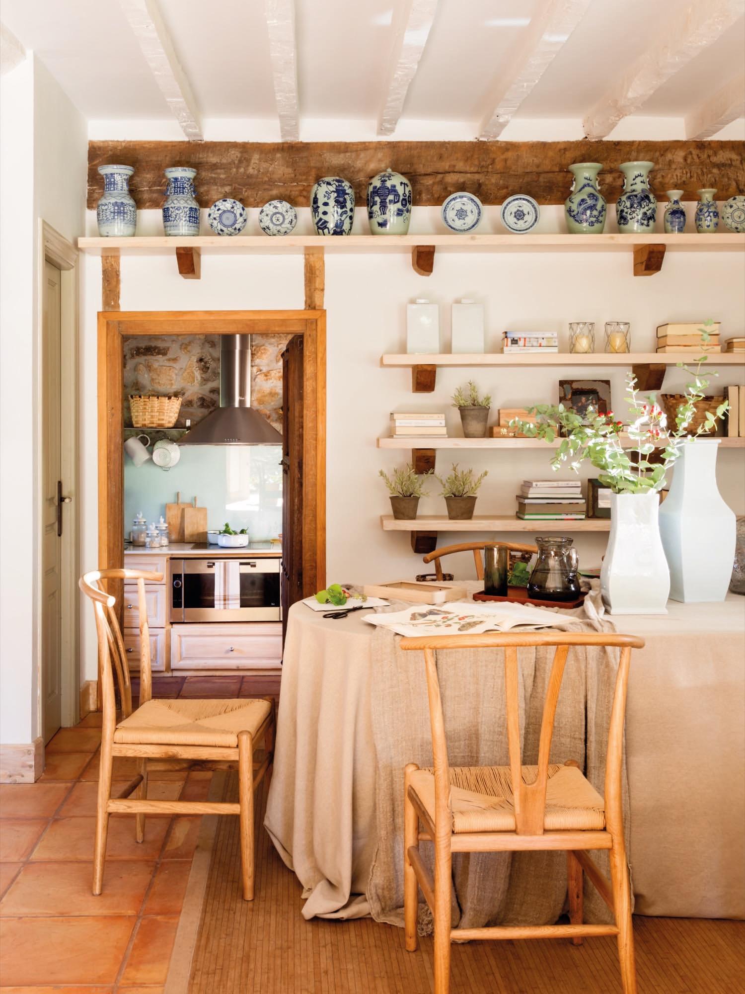 comedor de una casa rustica con manteles de lino largos