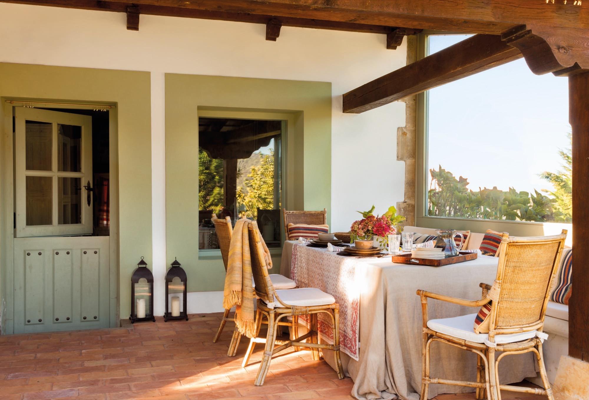 porche con comedor en una casa rustica